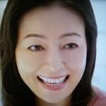 財前直見さんの前歯の画像(Vの字)