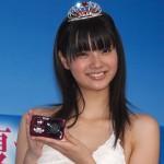 新川優愛さんの前歯の画像(差し歯)