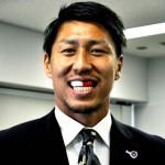 豊田陽平選手の前歯の画像(捻転歯)