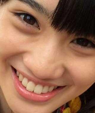 秋本帆華 前歯の写真